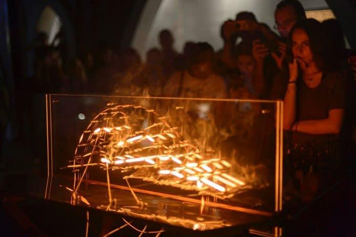 """lineailuminada 696x464 - Inauguran """"La única línea que ilumina es la que arde"""", de Antonio Carranza"""