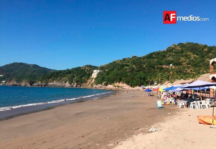 playa cuastecomates 696x481 - Continúa en crecimiento afluencia de visitantes a Cuastecomates, playa y pueblo incluyente