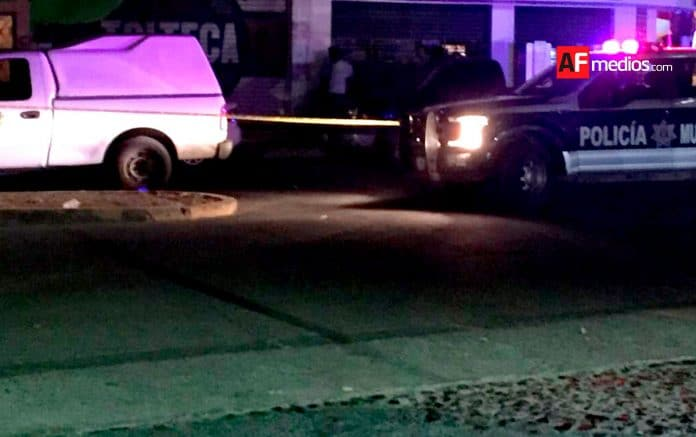 policia semefo manzanillo madrugada 696x437 - Asesinan a golpes a mujer en Terraplena, Mzllo; reportan un detenido