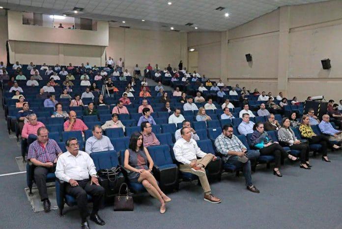 reuniontrabajo 696x465 - Rector informa a sus directivos las medidas para abordar la llegada del COVID-19
