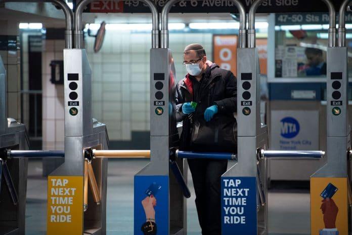 metro nuevayork covid onu 696x464 - muertes superan las 50 mil y casos llegan a 972 mil