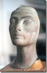 Nefertiti, XVIII dinastia, Nuovo Regno - testa, non finita, in quarzite scura, trovata ad Amarna nel 1932 - Museo Egizio del Cairo, stanza R3