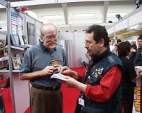 Don Rosa riceve da Gianfranco Goria la tessera onoraria di Socio Anonima Fumetti
