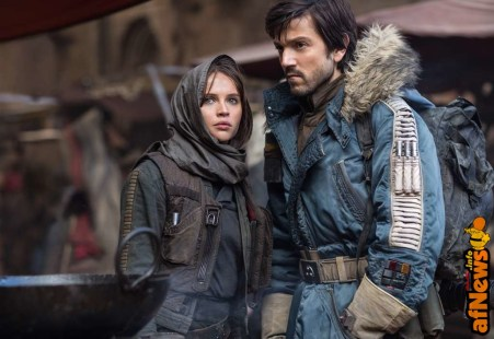 Rogue One: A Star Wars Story..L to R: Jyn Erso (Felicity Jones) and Cassian Andor (Diego Luna)..Ph: Jonathan Olley..© 2016 Lucasfilm Ltd. All Rights Reserved.
