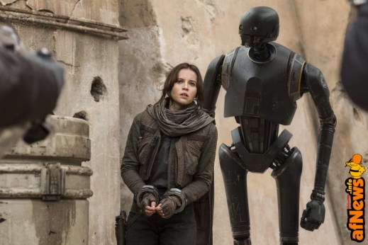 Rogue One: A Star Wars Story..L to R: Felicity Jones (Jyn Erso), and K-2SO (Alan Tudyk)..Ph: Jonathan Olley..© 2016 Lucasfilm Ltd. All Rights Reserved.