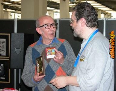 """""""Un premio a me?!?..."""" - """"A te!"""" Carlo Peroni doverosamente premiato da Gianfranco Goria nel 2004 - foto Gianfranco Goria."""