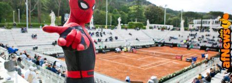 """Il vostro amichevole Arrampicamuri sulla """"terra rossa"""" di Roma: Spider-Man agli Internazionali di tennis!"""