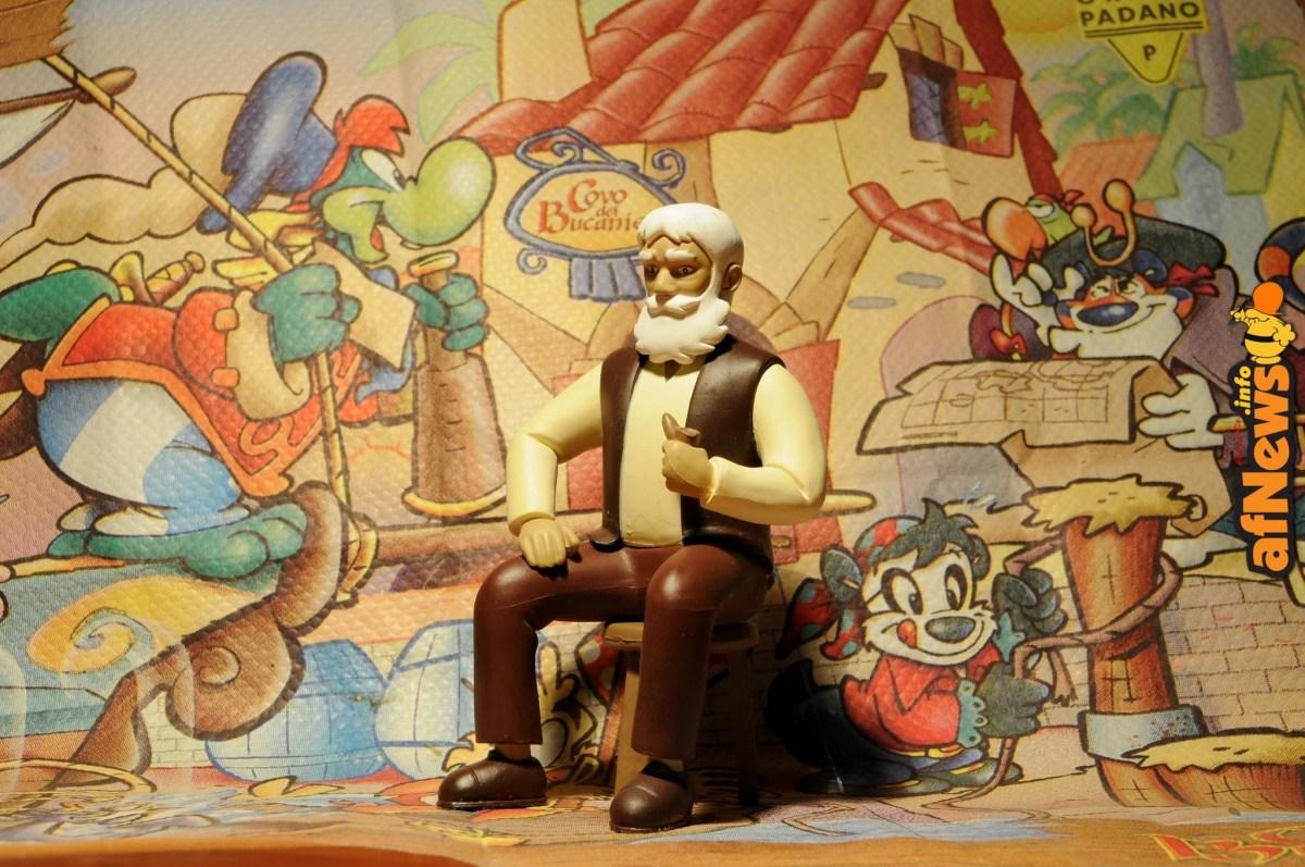 Il nonno di Heidi. Sullo sfondo i personaggi della serie Prezzemolo (di Lorenzo De Pretto) in una tovaglietta di carta che si trova a Gardaland nel ristorante dei Pirati. FumettoSuFumetto, progetto fotografico fumettistico di Gianfranco Goria.