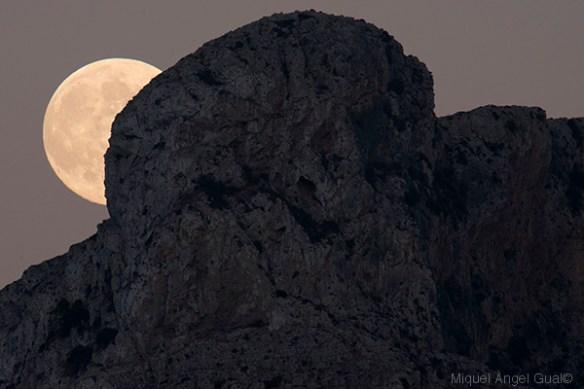 Lluna al Puig de Ferrutx. Pas Candeler.
