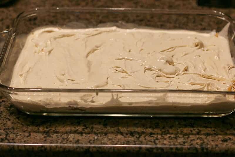 Layer cinnamon ice-cream mixture.