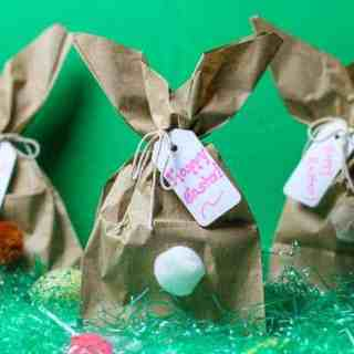 Need a clever, easy Easter Bunny Craft idea? How about making these fun Easy DIY Easter Bunny Gift Bags? Turn a paper bag in to these cute little bunny butts. They are perfect little Easter gift bags for classmates, Sunday School, family, and friends.