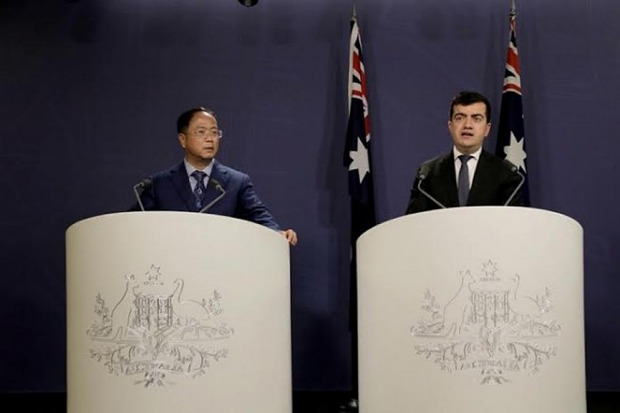 Yuhu Group CEO Huang Xiangmo and Sam Dastyari at a press conference for the Chinese community in Sydney on June 17.