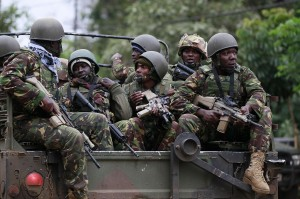 soldati in assetto di guarra su camion
