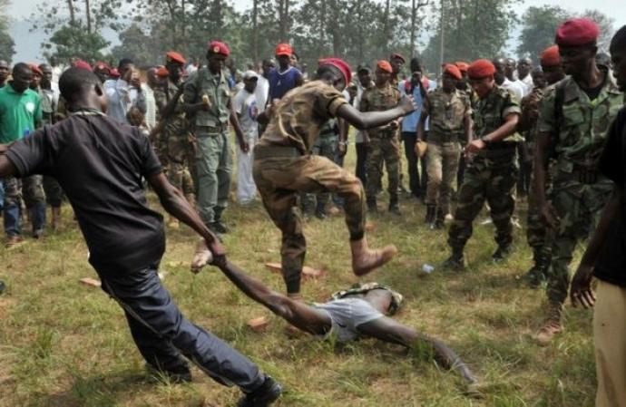 Militare calpesta ferito