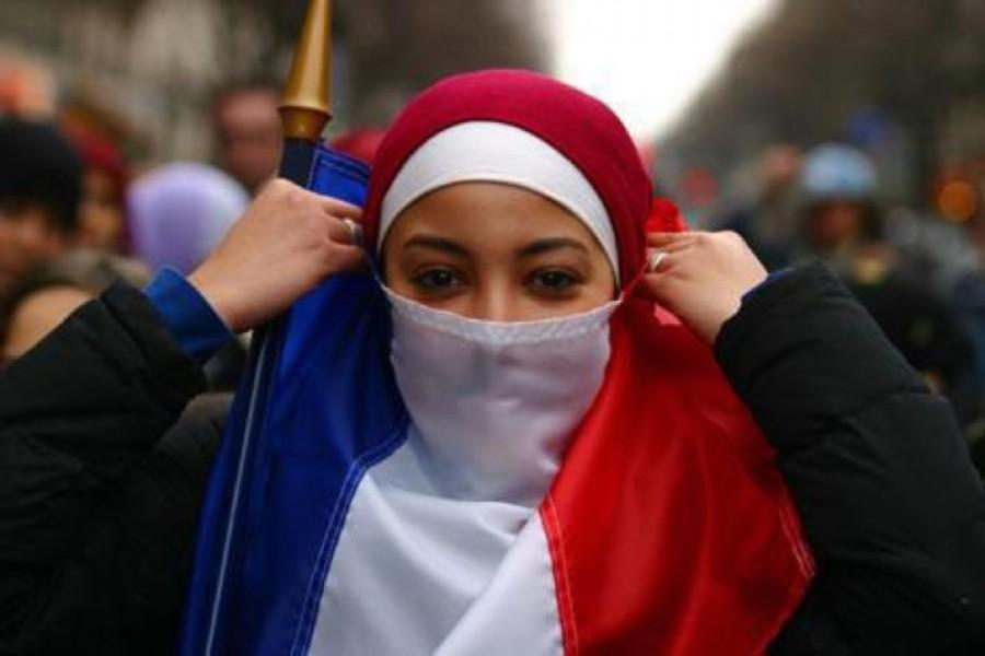 Burqa con bandiera francia