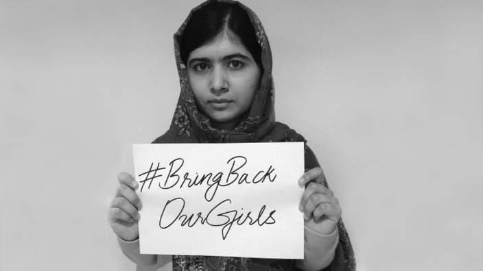 Malala con cartello