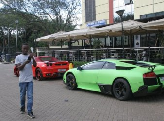 Lamborghini Murcielago e Ferrari F439 davanti a un centro commerciale a Nairobi