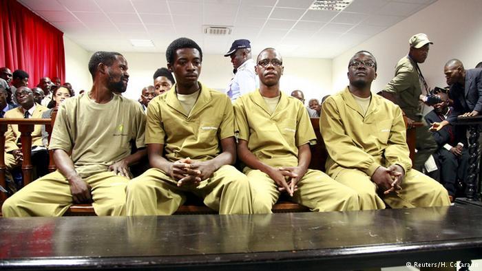Domingo Cruz e altri detenuti durante il processo
