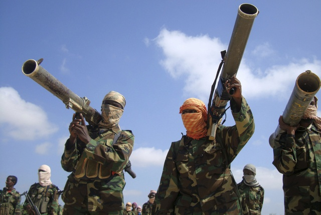 Members of the hardline al Shabaab Islamist rebel group hold their weapons in Somalia's capital Mogadishu, January 1, 2010. Somalia's hardline Islamist rebel group al Shabaab said on Friday it was ready to send reinforcement to al Qaeda in Yemen should the U.S. carry out retaliatory strikes, and urged other Muslims to follow suit. REUTERS/Feisal Omar (SOMALIA - Tags: CIVIL UNREST SOCIETY IMAGES OF THE DAY)