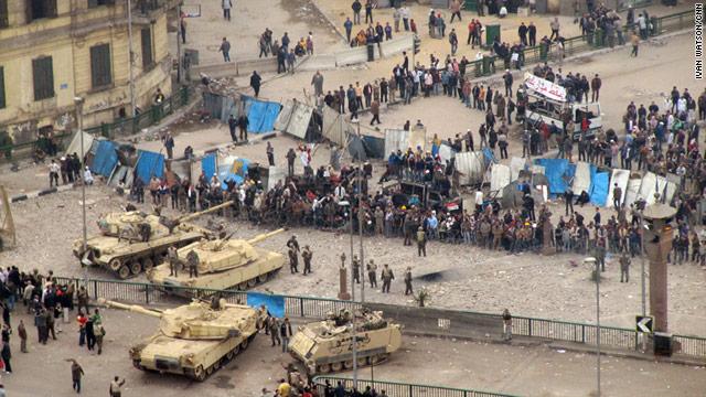 Carri armati schierati di fronte ai manifestanti contro il governo di Al Sisi