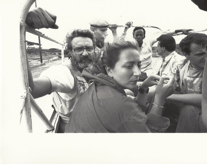 Ilaria Alpi e Massimo Alberizzi, assieme ad altri giornalisti (si riconosce Stefano Poscia) a Mogadiscio
