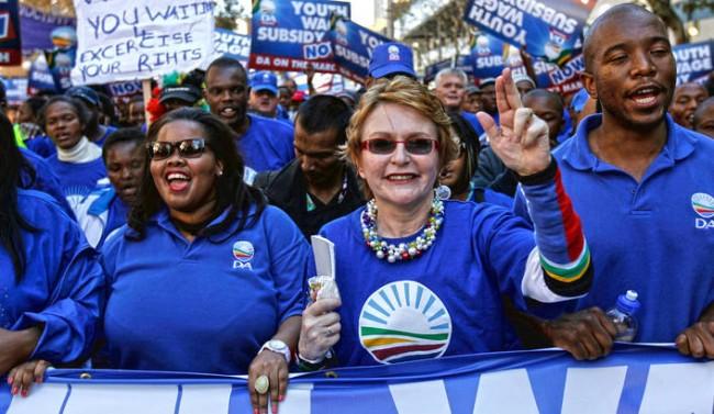 Neri e bianchi assieme alle dimostrazioni contro l'ANC