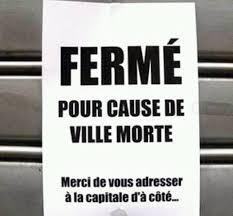 """Il cartello appeso sulla saracinesca di un negozio: """"Chiuso a causa della Vicce Morte"""""""