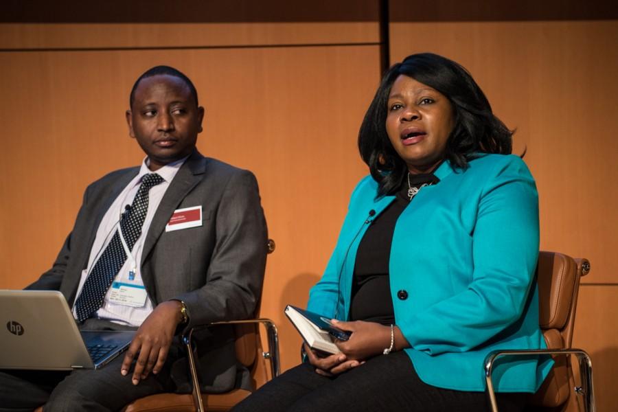 Da destra Akudo Anyanwu Ikemba (direttore del settore Sviluppo del Vaccine Center dell'Emory University di Atlanta) e Nelson Muriu, direttore dei Servizi alla Salute della Contea di Nyeri, in Kenya. ©Silvia Soligon