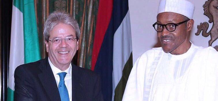 Paolo Gentiloni, allora ministro degli esteri, con il presidente nigeriano Muhammadu Buhari