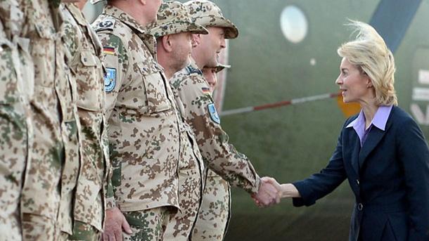 Ursula von der Leyen, ministro della difesa tedesco in visita alle sue truppe in Africa