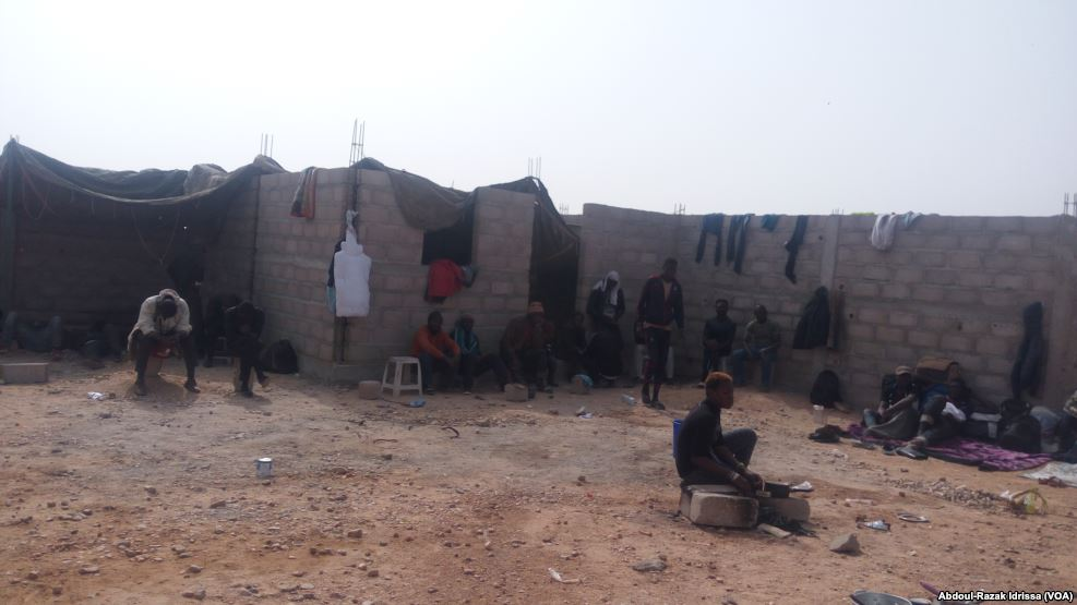 Migranti espulsi dall'Algeria nei loro alloggi ad Agadez, Niger