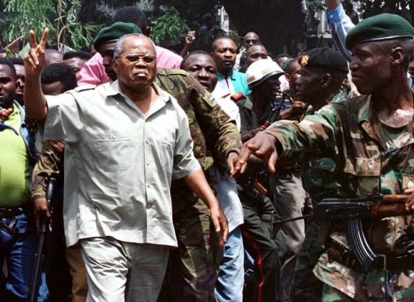 Aprile 1997: Étienne Tshisekedi wa Mulumba, viene scortato a casa dai soldati dello Zaire. lIl Cingo-K allora si chiamava ancora così
