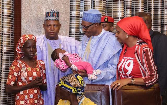 Amina, la ragazza trovata vicino alla foresta di Sambisa con il presidente della Nigeria, Muhammadu Buhari