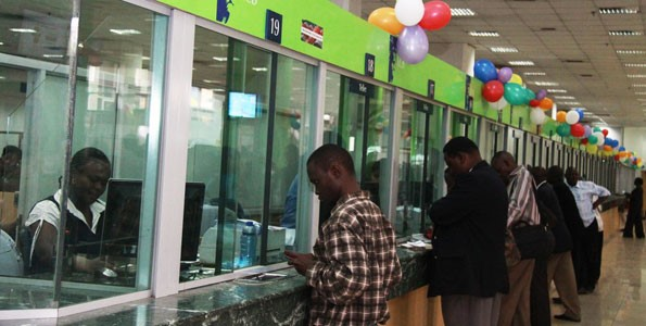 Agli sportelli di una banca del Kenya