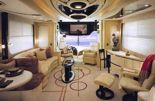 Un interno del bus che trasporta la coppia Mugabe nel paese
