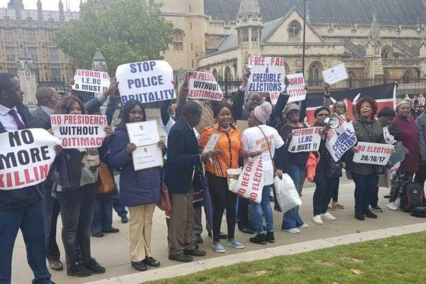 Sostenitori del NASA portano la loro protesta a Londra davanti al Parlamento Britannico