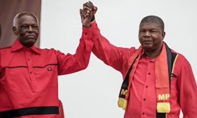 Jose Eduardo Dos Santos, ex presidente dell'Angola, con il suo successore, João Lourenço, a destra
