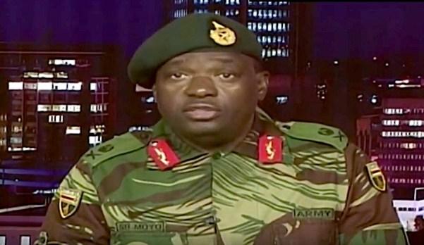 Il Gen. Moyo legge il comunicato delle forze armate nella TV pubblica dello Zimbabwe
