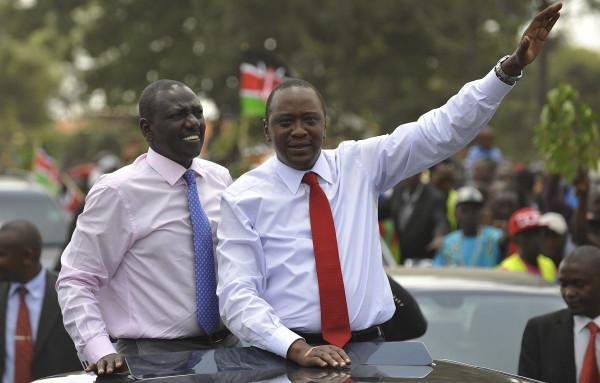 Il presidente del Kenya Uhuru Kenyatta (destra) e il suo vice William Ruto