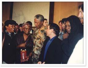 Da sinistra a destra Hugh Masekela, Miriam Makeba, Nelson Mandela, Paul Simon