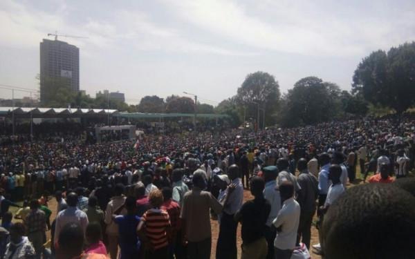 Folla in attesa di Raila Odinga all'Uhuru park di Naiorbi