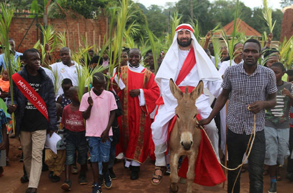 """Il Gesù """"bianco"""" nella celebrazione della Domenica delle Palme in Uganda"""