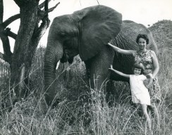 Eleanor, elefantino trovato da Daphne, con la figlia Angela. ©The David Sheldrick Wildlife Trust