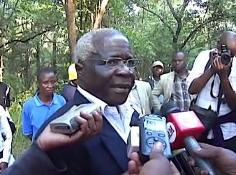 Afonso Dhlakama mentre parla con i giornalisti