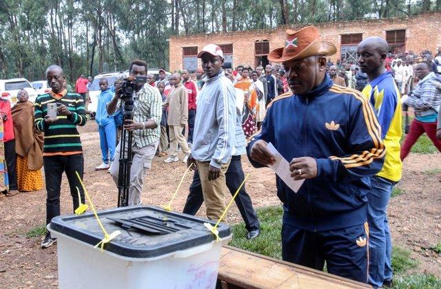 Pierre Nkurunziza, presidente del Burundi, durante l'operazione di voto