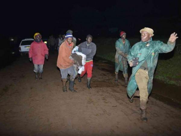 Alcuni volontari trasportano i feriti presso i centri di assistenza medica