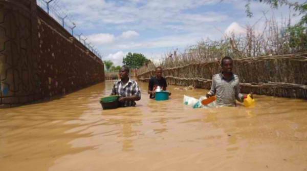 Alcuni abitanti di Silao mettono in salvo le poche cose risparmiate dall'acqua
