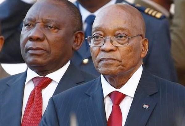 Il neo presidente sudafricano Cyril Ramaphosa (a sin.) e l'ex capo dello Stato Jacob Zuma