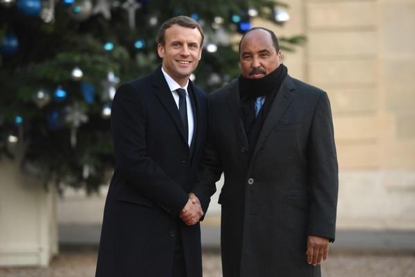Emmanuel Macron, presidente francese a sinistra e Mohamed Ould Abdel Aziz, presidente della Mauritania, a destra