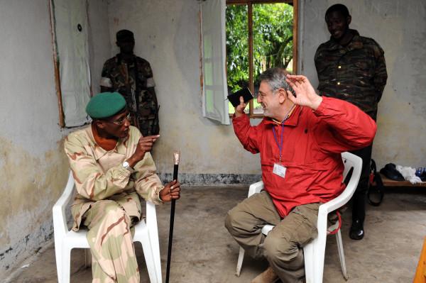 Il direttore di Africa ExPress, Massimo Alberizzi, e Laurent Nkunda, il capo dei ribelli che imperversavano nel Congo-K orientale (foto di Nakano Tomoaki)